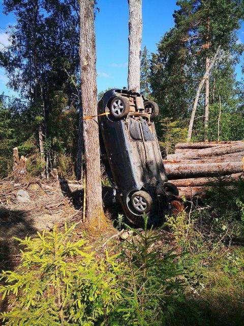 HVA HAR SKJEDD HER? Helge Klevengen fra Son kom over flere dumpede bilvrak i et populært turområde på Liabråten i Son og reagerte umiddelbart med å kontakte politiet. SVEIP HØYRE FOR FLERE BILDER - >