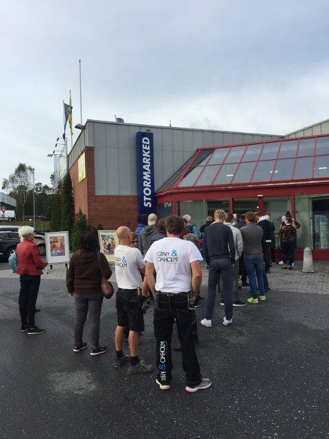 Lang kø: Lanseringen av «FIFA 17» trakk folk til Elkjøp på Hovland, og trolig også de fleste andre elektronikkforhandlere, i dag. Foto: Lasse Nordheim