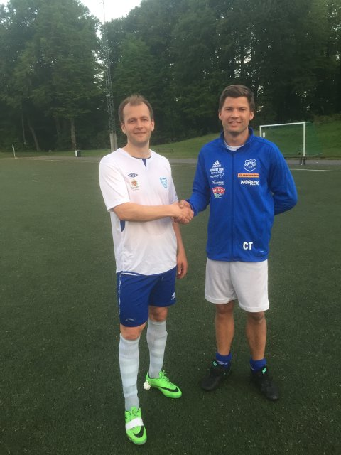 Takk for kampen: Turns spillende trener Lars Russeltvedt Moholt og Nesjars tremålsscorer Christopher Thuv.