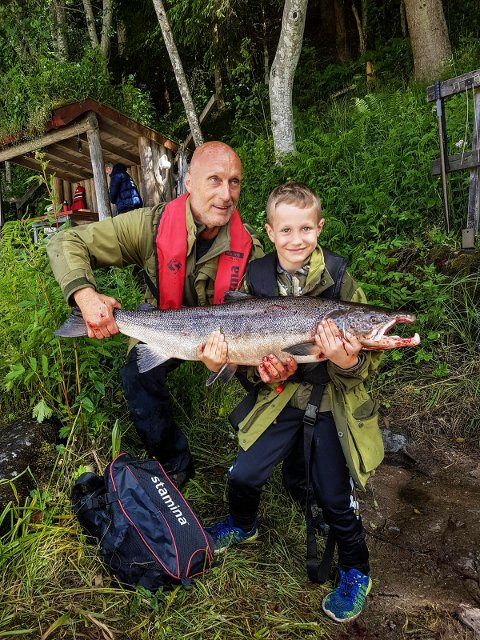 Storfisk: Sigmund og Noah Brattås med en laks på 9,8 kilo tatt på mark i Kjærrafossen forrige helg. Laksefisket var eventyrlig da Lardal Jeger- og Fiskerlag arrangerte laksefiske for ungdom.