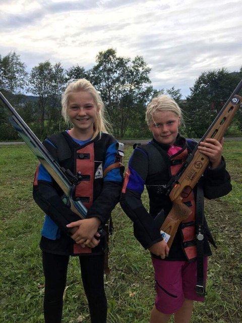 FORNØYDE: Ingebjørg Nakjem og Annemarte Steinsholt debuterte på Landsskytterstevnet i helgen. Ingebjørg skøyt 21 treff av 30 treff, og Annemarte skøyt 20 treff. Begge jentene er veldig fornøyde med egen innsats