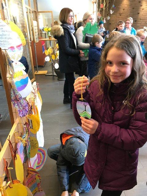 Isabella Petkeviciuter viser frem påskeegget hun har laget.