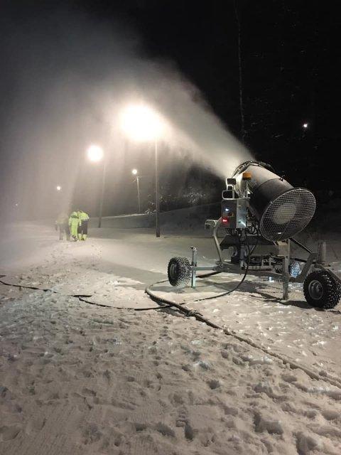 FØRSTE GANG: Kvelde IL har leid inn snøkanon og startet produksjonen torsdag kveld. (Foto: Jon Tallakstad)