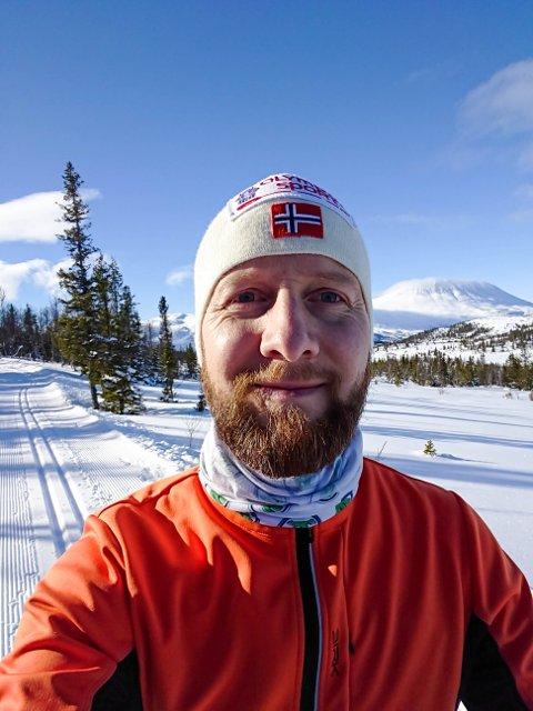 Starter underskriftskampanje: Daglig leder av Flaggfabrikken i Larvik, Per Henrik Langseth Zagar, vil få med seg flere i kravet om at UD må utvikle en rettledende anbefaling om fargene i det norske flagget.