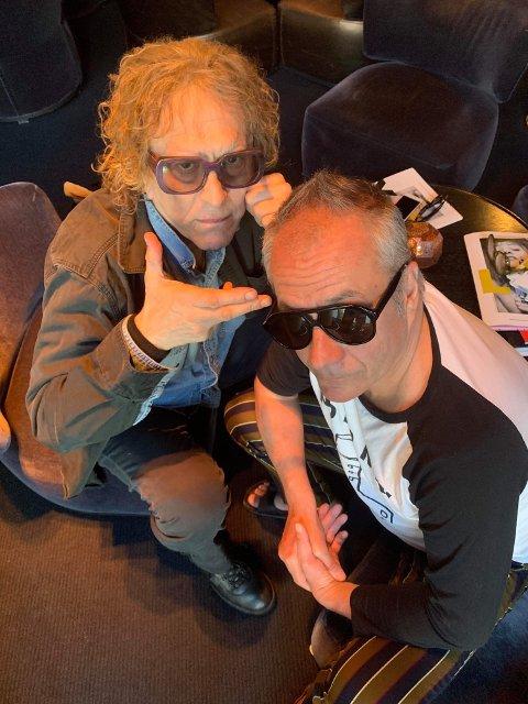 TIL LARVIK: Den kjente fotografen Mick Rock kommer til Larvik og LEX musikkfestival, her med arrangør Jan Walaker.