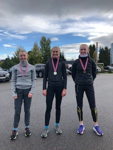 Medaljevinnere NM i terrengløp: Her er medaljevinnerne i jentenes juniorklasse. Fra venstre mot høyre står Mari Roligheten Ruud (Runar, sølv), Andreas Modin Engesæth (Runar, gull) og Grethe Tyldym (Steinkjær, bronse).