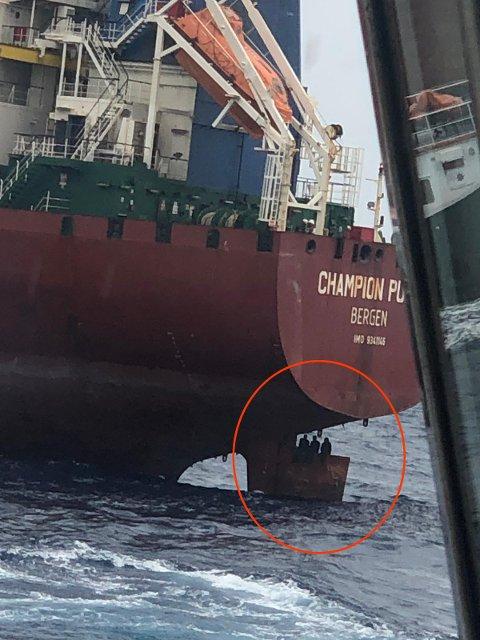 PÅ RORTET: De fire nigerianske mennene satt på roret da skipet ankom Las Palmas på Gran Canaria. Foto: Privat