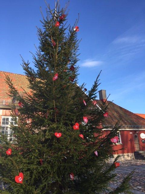 HJERTER: - Lag ditt eget hjerte og heng det på treet i Stavern, oppfordrer Fredriksvern Sanitetsforening.