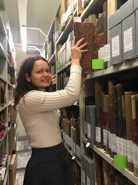 DUKKET NED: Arkivkonsulent Petra E. Jensen har brukt lang tid på Tjølling sparebank og Fredriksvern sparebank. Her setter hun på plass sorterte bankprotokoller.