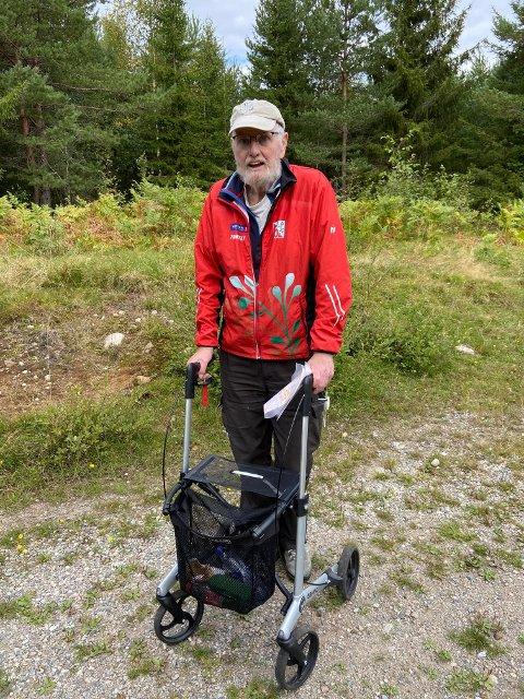 God støtte: 78-åringen Ole-Johan Waaler fra Porsgrunn koste seg under NM i presisjonsorientering i Svarstad i helgen. Den erfarne O-løperen synes det er greit å kunne støtte seg til rullatoren.