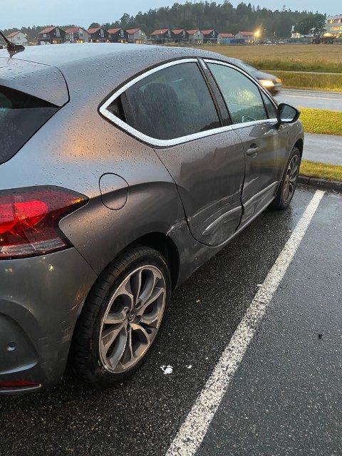 FIKK SEG EN TRØKK: Det er tydelige merker etter sammenstøtet på den ene siden av bilen.