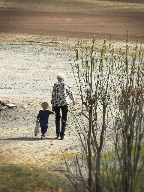 """BLIR SLITEN: """"Han gikk tur sammen med oldemor her om dagen. De brukte en time til postkassa. Det var han, ikke oldemor, som bestemte farten"""", skriver artikkelforfatteren."""