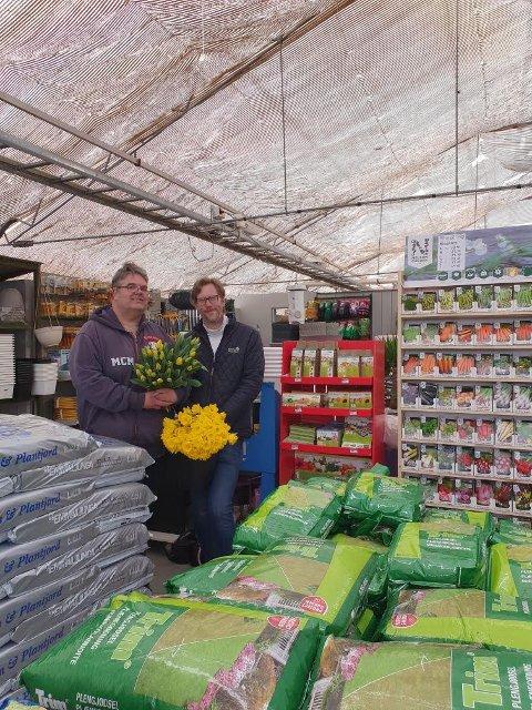 FORSKJELLER: På Nanset er vi nabo til en stor dagligvareforretning som selger blomster direkte fra paller og bord på utsiden. Den typen handel blir lovbrudd dersom vi hadde gjort det på samme måten, sier daglig leder i Nanset Blomsterverksted, André Amundsen.