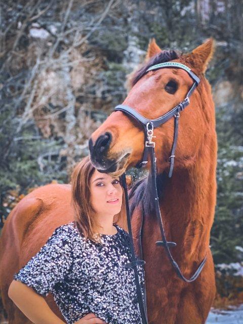 HESTEGLAD: Line Ulrikke har en spesiell hobby som omhandler hester. På bildet står hun sammen med sin enøyde hest Elayah.