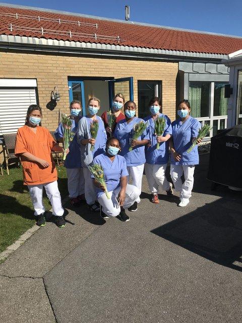 TAKKNEMLIG: Ansatte på sykehjem i Larvik fikk en hyggelig overraskelse fredag forrige uke.