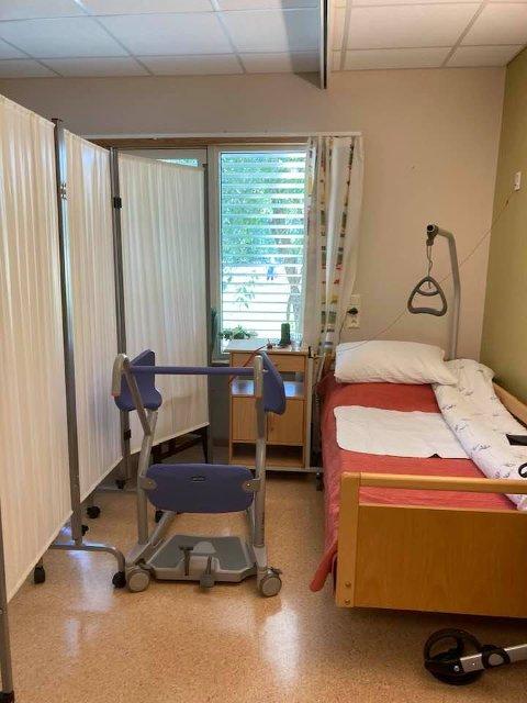 """MIN MORS HJEM: """"Dette er min mors hjem på et sykehjem i Larvik kommune. Ikke for et par dager – men i månedsvis. På en annen dames rom. Bak et skjermbrett,» skrev Torill Ludvigsen på sosiale medier."""