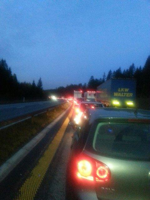 STORE TRAFIKALE PROBLEMER: E6 nordgående ble stengt som følge av ulykken. Det resulterte i lange køer og problemer med trafikkavviklingen. (Foto: Freddie Øvergaard)
