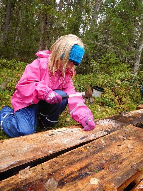 SNEKRER: Emma Karoline Vangli spikrer plankene.