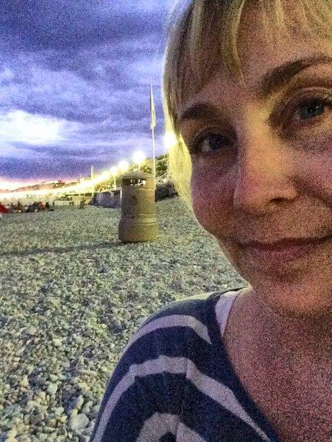LIKE FØR: Siv Storm Thoresen fra Elverum tok dette bildet av seg selv på stranda i Nice litt  før terroraksjonen.