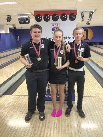 GULL: Fra venstre NM-kongen Jonas Dammen med to gull, Nora Kjellås med gull og sølv, og Alexander Beck med gull og bronse.