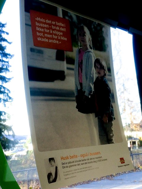 IKKE HELT RIKTIG: I bybussene i Hamar henger det plakater der det står at det er påbudt å bruke belte når det er montert, og at det kan koste 1.500 kroner ikke å bruke det. Det er ikke helt riktig. (Foto: Bjørn-Frode Løvlund)