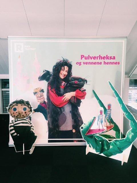 TA BILDE: Riksteateret stiller med en egen bildebakgrunn for de som vil bli avbildet sammen med Pulverheksa.