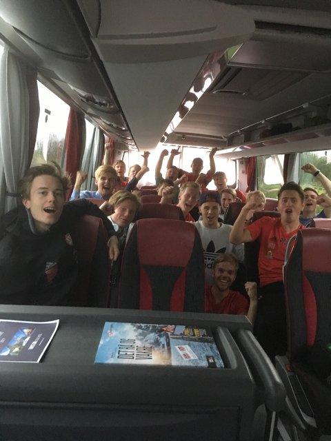 JUBEL PÅ VEG HJEM: Trener Mats Lund kunne rapportere om god stemning på bussen på tur hjem lørdag kveld.