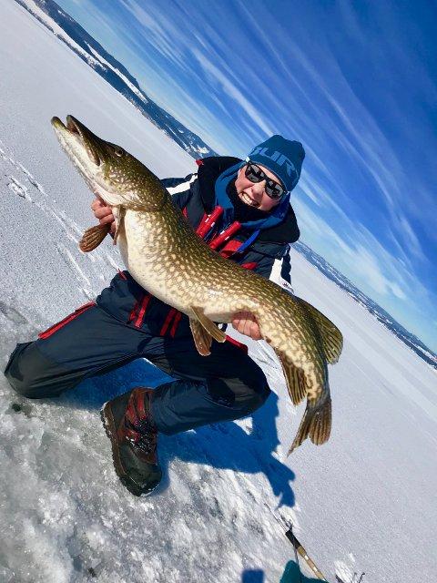 MONSTERGJEDDE: Sander Paulsen viser stolt fram den nesten ni kilo tunge gjedda han dro opp fra Mjøsa søndag.
