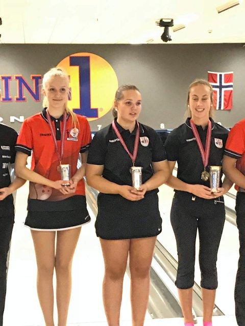 GULL OG SØLV: Nora Kjellås, til høyre, vant gull både individuelt og i double.