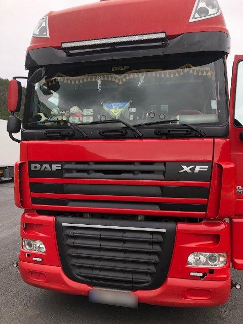 IKKE OK: Statens vegvesen er ikke fornøyd med hvordan frontruta på denne lastebilen så ut, da den ble stanset på Tynset. Sjåføren fikk ikke kjøre videre før ruta var ryddet og sikten gjennom den var akseptabel. Foto: Statens vegvesen