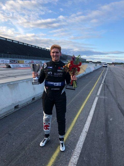 MESTER: Ben Philip Gundersen med premier og blomster etter at han ble nordisk mester sammenlagt etter tredjeplassen i svenske Tierp søndag.