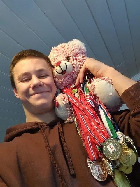 TUNG BØR: Niklas Marton Syverhuset (18) med premiebamsen som får æren av å passe på alle turn-medaljene. Og samlingen økte betraktelig etter NM-helga i Tromsø.