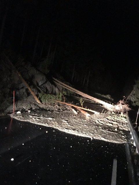 JORDRAS: Sånn så ut det ut sent mandag ettermiddag etter jordraset på fylkesveg 30 i Rendalen.