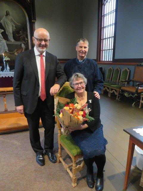SENTRALE: Sittende foran er Grete Embretsen, som har jobbet 24 år ved kirkekontoret i Åsnes, bak står ny kirkeverge, Tord Langmoen og ny prost, Trine Færevåg.