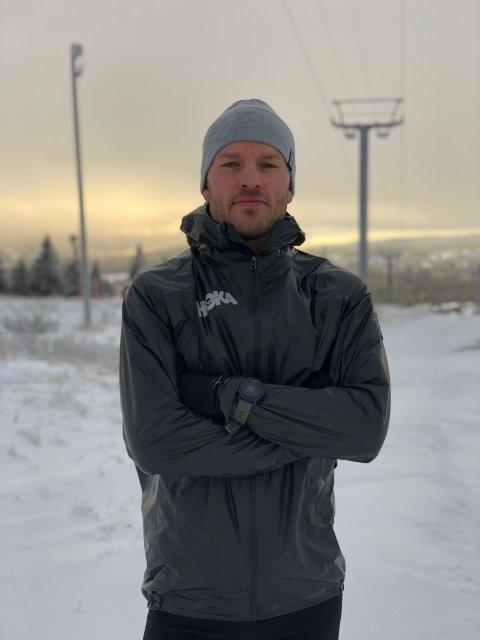 SPESIELL JULEKALENDER: Ola Erling Korbøl (29) skal løpe samtlige luker i årets julekalender. Det blir 200 kilometer til sammen før ribba skal fortæres.