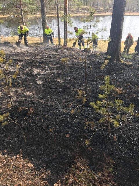 ETTERSLUKKING: Brannvesenets mannskaper i Våler sørget for skikkelig etterslukking på Kynndalen.