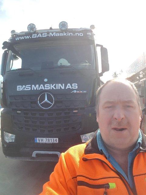 NYTT YRKE: - Jeg trives sm lastebilsjåfør og angrer ikke på at jeg solgte gården og sluttet som bonde, sier Helge Rusten.