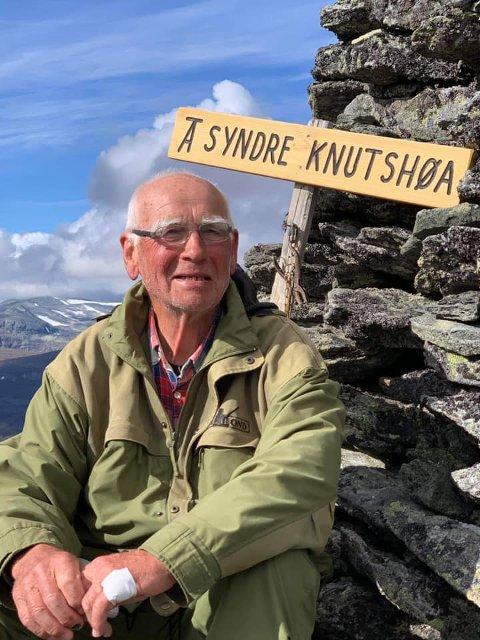 TI PÅ TOPP: Jarle Tronslien (80) er sprekere enn 80-åringer flest. Søndag fullførte han årets ti på topp i Alvdal på Syndre Knutshøa (1690 moh.)