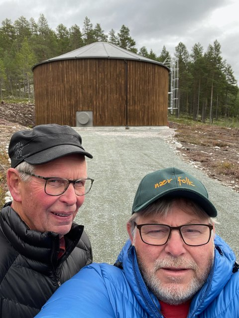 BAKTERIER I DRIKKEVANNET: Daglig leder Kjetil Granrud (foran) og nestleder Torbjørn Halvorsen i Lysinga Vannverk SA. Bak dem ligger det nye Briemer-bassenget som rommer opp til 850 kubikkliter vann.