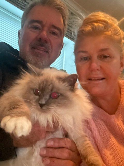 - LOTTO!: - Da Celine ble funnet, var det som å vinne i lotto, sier Kari Mette Strand, her med sin ektemann Knut Einar Strand og deres snart to år gamle hellig brima-katt, som kom til rette etter fem døgn i skogen.