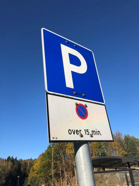 SKILTKONTROLL: Statens vegvesens parkeringstilsyn kontrollerer hvordan P-skiltene blir brukt.