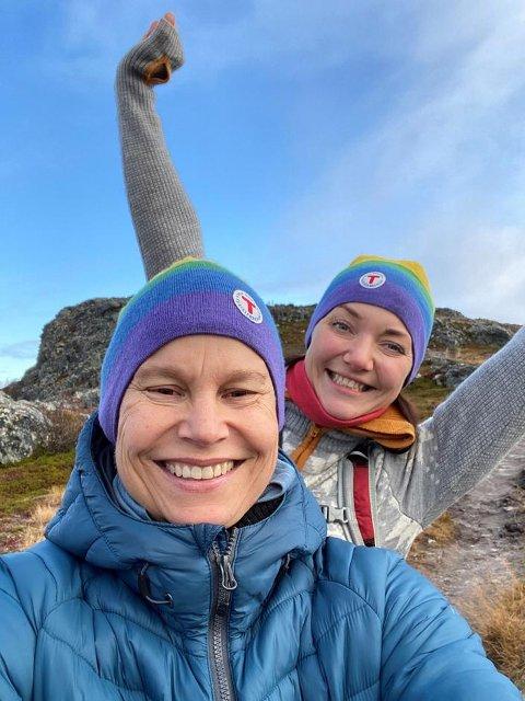 KONTRASTER: Det er store kontraster mellom livet i Oslo og tilværelsen i Femundsmarka, som Monica Olsen (foran) og Kim-Yvonne Myrvang søker mot, når de nå har overtatt driften av DNTs hytte på Svukuriset i Engerdal.