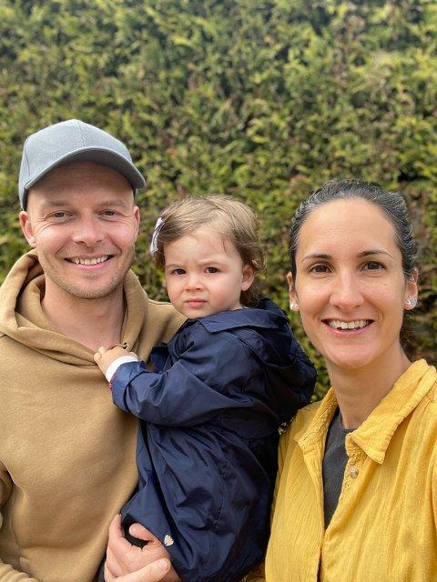 INGEN PLASS: Robert Tranchel og Rafaela Nobre er blant foreldre som ikke har fått barnehageplass i Innbyda. Her sammen med halvannet år gamle Zoe.