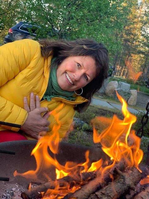 TILFELDIG: Ved en tilfeldighet la Gro merke til at det manglet en gul jakke fra hyllene. Den samme typen jakke som hun selv bruker her.