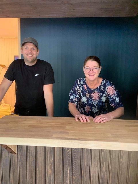 Daglig leder i eiendomsselskapet Olsen Kafé AS, Tore Brennmoen Tollan, og Jorunn Nyvoll bak skranken/baren i Olsen-huset på Tolga. Mandag åpner dørene igjen for kafégjester.