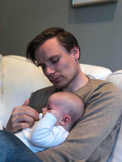 PÅ HJEMMEBANE: Georg Flatgård med datteren Sunniva (3 1/2 måned). - Å bli pappa har endret perspektivene mine fullstendig, smiler tolgingen.