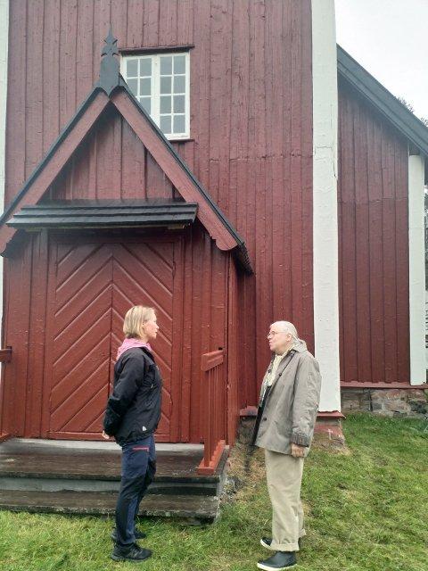 OSEN KIRKE: Kirka er pusset opp, taket være gave fra Anne Britt Lilleholm. Her sammen med Hege Vangli, leder i Nordre Osen menighetsråd.