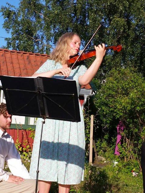 Elin Marie Christensen spilte i hagen til familiens hytte på Skallevold utenfor Tønsberg.