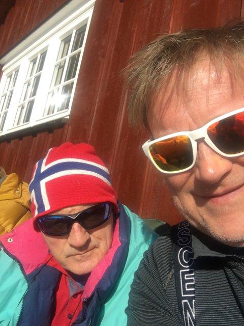 I SOLVEGGEN: Hans Morten Smith-Meyer nyter sola sammen med svigerfar Øivind Haraldsen.