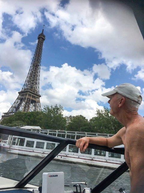 Ikke noe å si på utsikten: Roy Olsen kan skue opp på Eiffeltårnet.